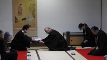 記念品の紋菓を代表して受取る小泉住職(表小書院)