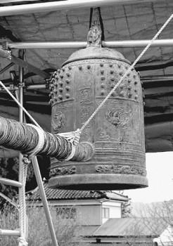 被災した仙台教区本稱寺の勿忘の鐘